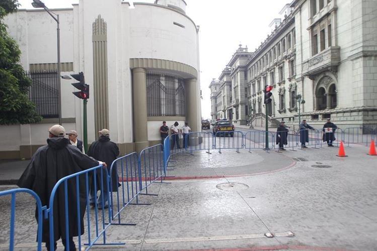 Los alrededores de la Casa Presidencial fueron cerrados, ante posibles manifestaciones de hoy. (Foto Prensa Libre: Érick Ávila)