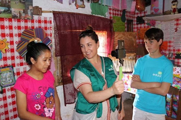 Mónica y su hijo entrevistan a Sandra. Foto Prensa Libre: Héctor Cordero.