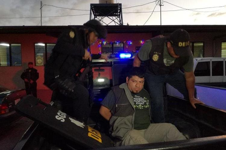 Momento de la captura del presunto pandillero en Chimaltenango. (Foto Prensa Libre: PNC).