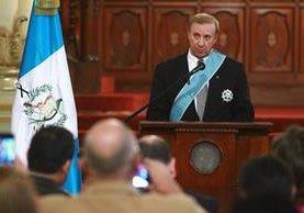 Hansen ofrece discurso de agradecimiento durante la ceremonia en la que se le otorgó la Orden del Quetzal. (Foto Prensa Libre: Carlos Interiano)