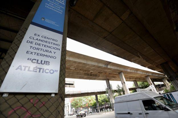 El centro clandestino de detención Club Atlético funcionaba a pocas cuadras de la cancha del popular equipo de fútbol Boca Juniors. BBC MUNDO