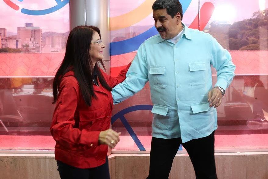 El presidente de Venezuela, Nicolás Maduro, y su esposa, Cilia Flores, durante una actividad pública en Caracas. (Foto Prensa Libre: AFP).