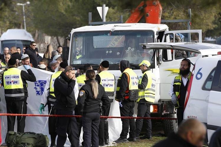 Rescatistas y la Policía resguardan el lugar donde un terrorista embistió a un grupo de soldados y mató a cuatro en Jerusalén. (Foto Prensa Libre: EFE)