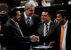 Los legisladores Gudy Rivera y Estuardo Galdámez se saludan dentro del hemiciclo. (Foto Prensa Libre: Hemeroteca PL)