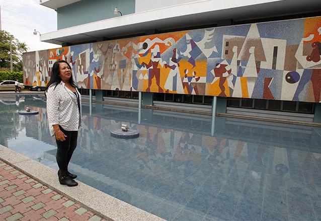 La nieta del maestro Mérida, María Cristina Navas y Mérida muestra el icónico mural del IGSS. (Foto: Hemeroteca PL)