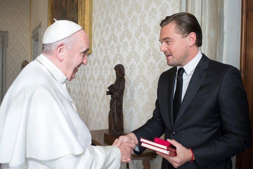 El papa Francisco le dio la bienvenida al actor estadounidense Leonardo DiCaprio en el Vaticano. (Foto Prensa Libre: AFP)