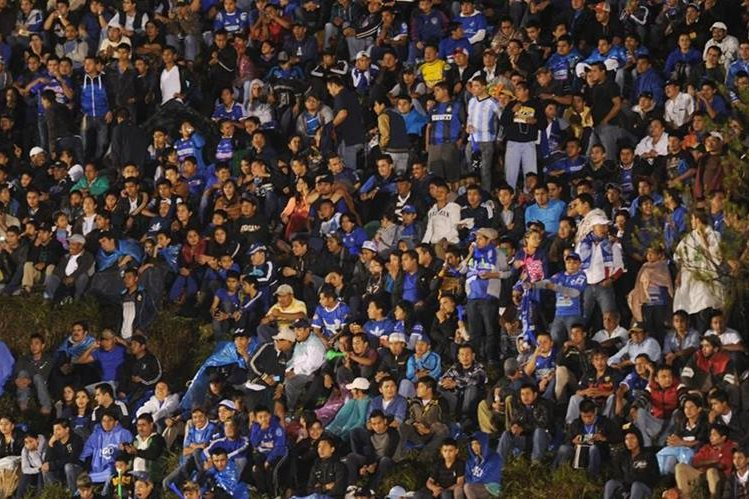 Pese a la lluvia, el estadio Verapaz lució sus mejores galas para recibir a Municipal. (Foto Prensa Libre: Eduardo González)