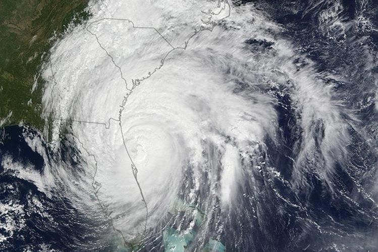 """El huracán """"Matthew"""", se encuentra en el sureste de EE. UU. y amenaza con dar un giro y regresar la próxima semana. (Foto Prensa Libre: AP)."""