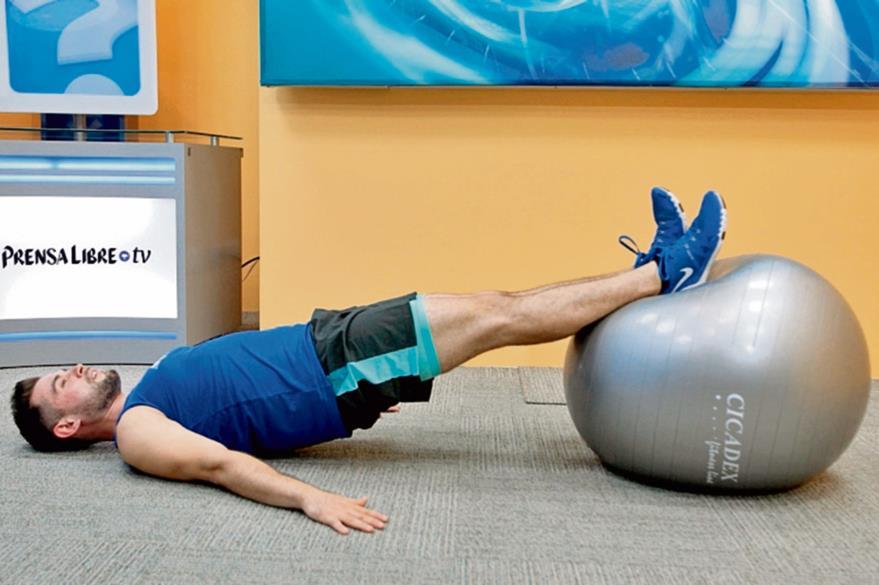 Acostarse boca  arriba con los pies sobre la pelota. Levantar la  espalda baja y los glúteos mediante la extensión de las piernas y bajar lentamente después de una breve pausa. Este ejercicio tonifica piernas y glúteos.(Foto Prensa  Libre: Óscar Rivas).