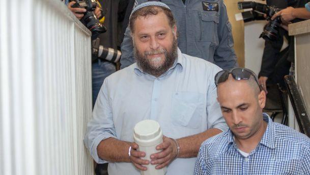 """Ben-Zion (""""Bentzi"""") Gopstein, jefe de Lehava, acompañado de su seguridad."""