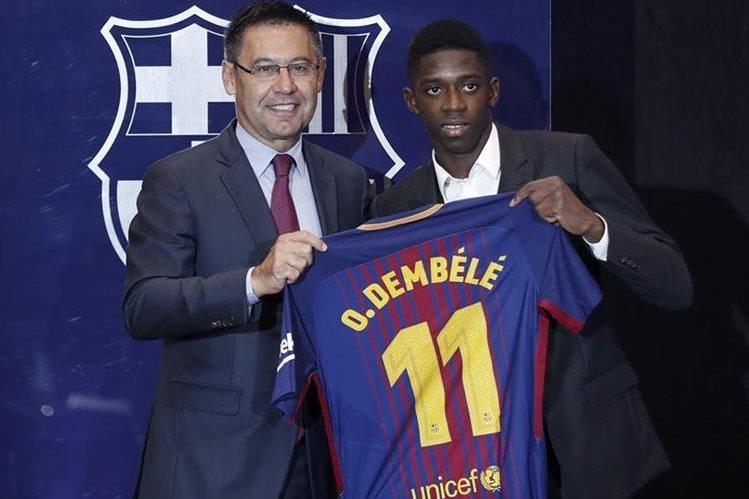 El nuevo fichaje del FC Barcelona, el francés Ousmane Dembélé (derecha) con el presidente del FC Barcelona, Josep Maria Bartomeu. (Foto Prensa Libre: EFE)