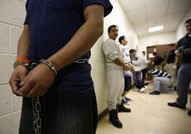 Los deportados esperan ser trasladados a las instalaciones de Immigration en Broadview, Illinois. (Foto Prensa Libre:AP).