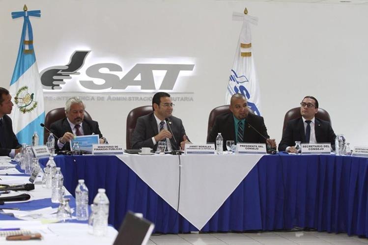 Jimmy Morales sostiene en la SAT una reunión con el superintendente para presentar la Política Nacional contra el Contrabando. (Foto Prensa Libre: Gobierno de Guatemala)