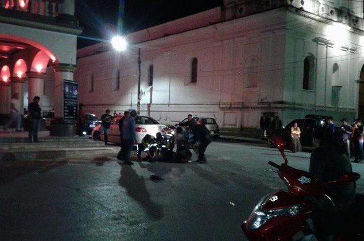 Compañeros del agente de la PMT reducen al orden al agresor. (Foto Prensa Libre: Eduardo Sam)