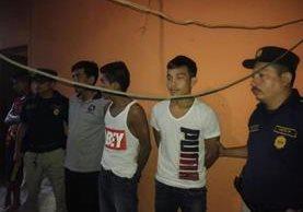 Los tres capturados en Nuevo San Carlos, Retalhuleu. (Foto Prensa Libre: Rolando Miranda).