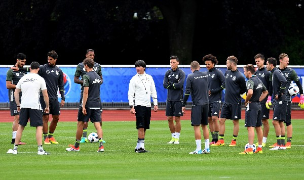 Joachim Löw dirige el entrenamiento de la selección alemana. (Foto Prensa Libre: AFP)