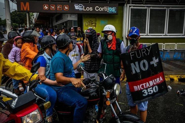 Nuevos bloqueos de calles espontáneos en Caracas para protestar contra Maduro.(EFE).