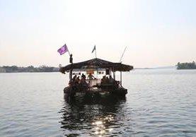 Un grupo de turistas recorre el lago Petén Itzá un la balsa Tzimin Chac, similar al que utilizaban los itzáes. (Foto Prensa Libre: Rigoberto Escobar)