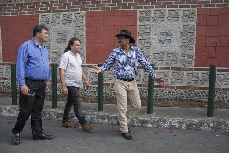 En su visita al país, el productor Jorge Muralles, el director Eduardo Juárez y el escritor René Corado recorrieron las calles que aparecerán en la película guatemalteca El lustrador. (Foto Prensa Libre: Cortesía Jonathan Aguilar)
