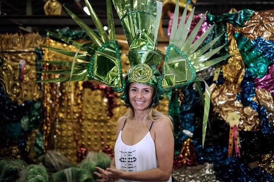 Una extranjera luce un traje propicio para la época de carnaval en Brasil. (Foto Prensa Libre: AFP)