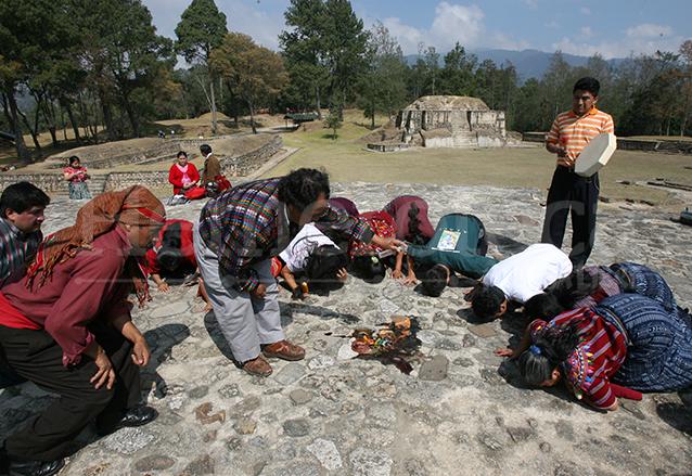 """Sacerdotes mayas piden a sus antepasados que limpien la """"energía negativa"""" que dejó el presidente de EEUU en Iximché. (Foto: Hemeroteca PL)"""
