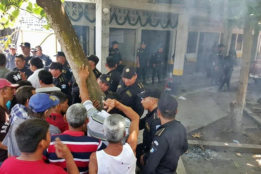Agentes de la PNC resguardan subestación en Ocós, por una turba que quiere que entreguen a un sujeto aprehendido. (Foto Prensa Libre: Alexánder Coyoy)