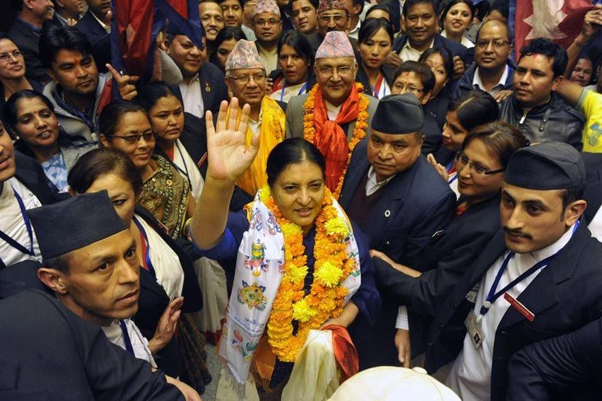 La presidenta rodeada de miembros del Parlamento de Nepal. (Foto Prensa Libre: AFP).