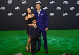 Georgina Rodríguez, Cristiano Ronaldo y Cristiano Jr. posan en la alfombra verde de 'The Best'. (Foto Prensa Libre: AFP)