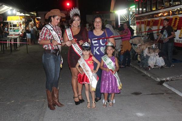"""<p>La Señorita Ganadero y la Reina de la Feria cortan la cinta simbólica que inauguró la principal actividad anual de Tiquisate. (FOTO PRENSA LIBRE: Felipe Guzmán)<br _mce_bogus=""""1""""></p>"""