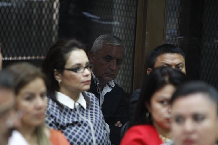La ex vicepresidenta Roxana Baldetti es observada por el exmandatario Otto Pérez Molina desde la carceleta del Juzgado de Mayor Riesgo B. (Foto Prensa Libre: Paulo Raquec)