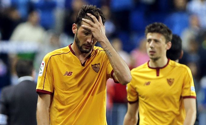 El jugador Jorge Zapata del Sevilla se lamenta mientras sale del campo al final del partido. (Foto Prensa Libre: EFE)