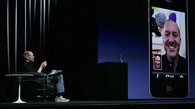 Steve Jobs hizo una demostración con una videollamada de FaceTime por primera vez en 2010 en un iPhone 4. (JUSTIN SULLIVAN / GETTY)