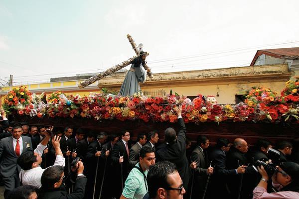 La imagen de Jesús Nazareno de la Reseña, del Templo de La Merced, recorre la zona 1 . (Foto Prensa Libre: Oscar Rivas)