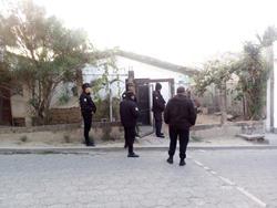Agentes de la PNC acordonan viviendas durante allanamientos en Alta Verapaz, Baja Verapaz y la capital. (Foto Prensa Libre: PNC)