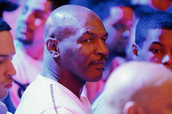 Mike Tyson también estuvo presente al momento del pesaje a Floyd Mayweather Jr. y Manny Pacquiao. (Foto Prensa Libre: AP)
