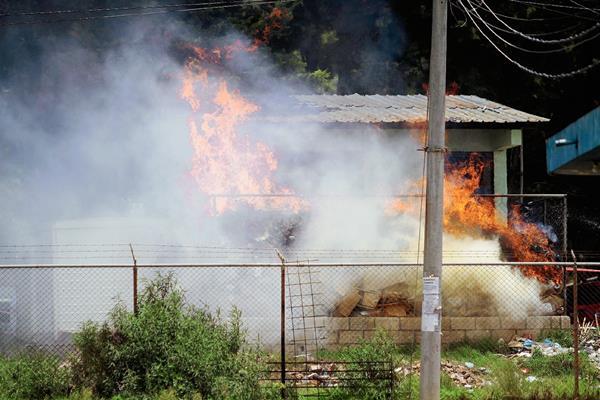 Quema de basura en el HRO afecta a vecinos, en Quetzaltenango. (Foto Prensa Libre: Carlos Ventura)