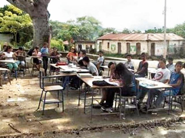 Ante la falta de aulas, estudiantes de Santa Rosa  reciben clases bajo los árboles. (Foto Prensa Libre: Oswaldo Cardona)