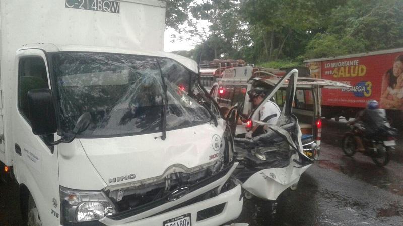 Socorristas sacan de la cabina destruida del camión al piloto Erwin Cau Botzoc. (Foto Prensa Libre: Bomberos Voluntarios)