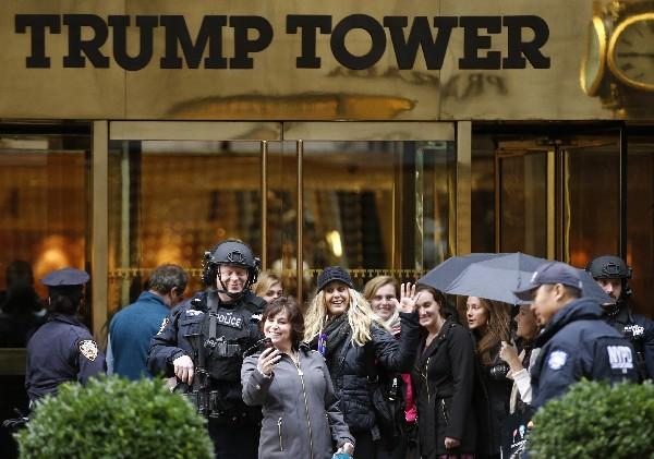 Un transeúnte toma un selfie en la entrada principal de la Torre Trump en Nueva York.(AP).