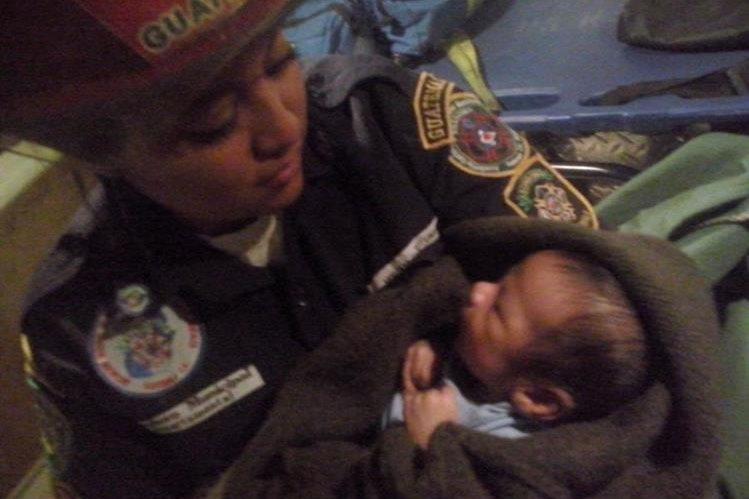 El bebé de unos 40 días de nacido fue trasladado a la pediatría del Hospital Roosevelt. (Foto Prensa Libre: Asobomd)