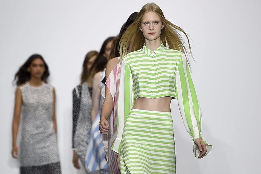 Modelos desfilan con creaciones de J.JS Lee. (Foto Prensa Libre: EFE).