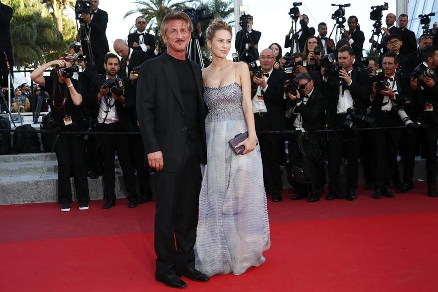 El cineasta estadounidense Sean Penn  y su hija Dylan Frances Penn posan a su llegada en la alfombra roja de Cannes. (Foto Prensa Libre: EFE)