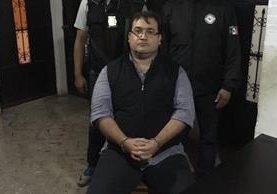 Agentes de Interpol custodian a Javier Duarte de Ochoa luego de ser capturado en un hotel de Panajachel, Sololá. (Foto Prensa Libre: PNC)