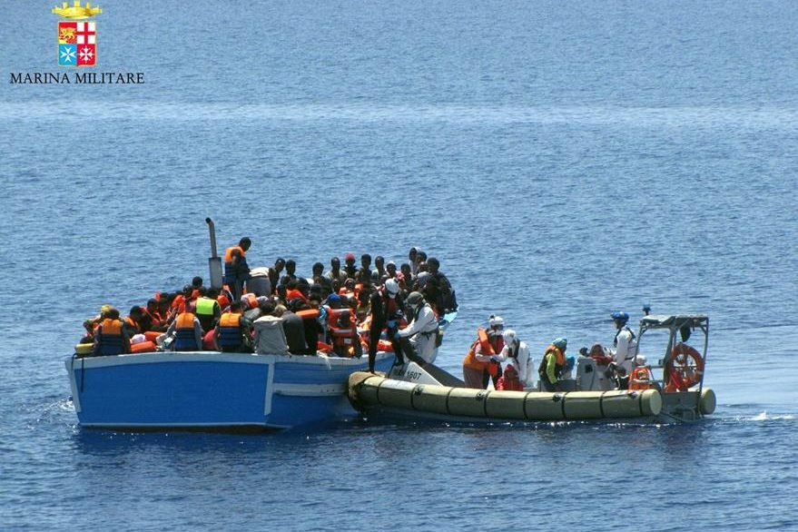 En África del norte, libios, sirios y eritreos cruzan a diario el Mediterraneo, dicen que exponen su vida una vez, en cambio en sus países la exponen a diario. (Foto Prensa Libre: AP).