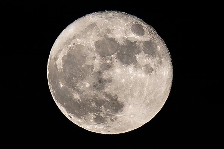 Según un nuevo estudio, la Luna es rica en agua. (Foto Prensa Libre: AFP)