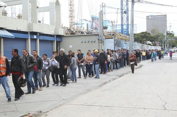 Larga fila de personas esperando para hacer el trámite de antecedentes. (Foto Prensa Libre: Érick Ávila)
