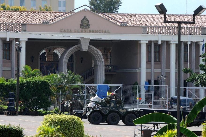 Tropas del Ejército, con carros blindados, custodian la Casa Presidencial en Tegucigalpa, donde ayer fue arrestado el gobernante Manuel Zelaya. Después fue trasladado por la fuerza, vía aérea, hacia Costa Rica. (Foto: AFP)