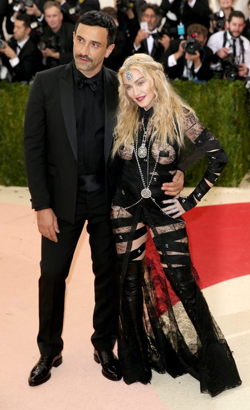 Madonna se hizo acompañar en la alfombra por el diseñador Riccardo Tisci. (Foto Prensa Libre: EFE)