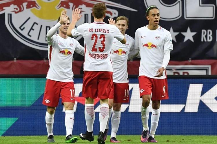 Timo Werner celebra con Marcel Halstenberg y Emil Forsberg Yussuf Poulsen su anotación. (Foto Prensa Libre: AFP)