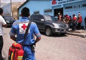 Lugar de la Cruz Roja a donde son llevados los menores.(Foto Prensa Libre: María José Longo)